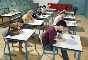 studenti che fanno un esame